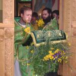 В день Святой Троицы заводской храм украшают цветами и травой в знак того, что Святой Дух сошел на все сущее