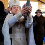 B день Крещения Господня во время чина освящения воды настоятель храма выпускает голубей в память о том, что Святой Дух сошел на воды Иордана и освятил их
