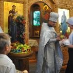 осле праздничного освящения плодов в день Преображения Господня батюшка каждому прихожанину дает яблочко