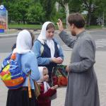 Для того чтобы новый учебный год прошел удачно, ученики берут благословение у настоятеля храма
