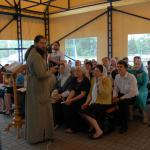В жаркие летние дни занятия воскресной школы проводятся на свежем воздухе, под тентом