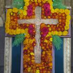 Цветами и зеленью украшается крест в день Воздвижения Честного и Животворящего Креста Господня