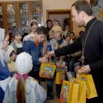 В праздничные дни прихожане также поздравляют детей и дарят им сладкиие подарки