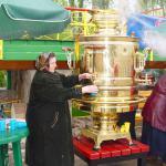 Верный спутник всех заводских праздников - большой самовар, благодаря которому можно полакомиться вкусным, горячим чаем