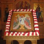 Удивительный Праздник Праздников! Каждый год в этот день прихожане нашего храма украшают цветами икону «Сошествие во Ад»